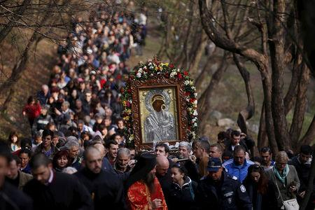 FILE PHOTO: East Orthodox Christians carry an icon of the Virgin Mary during a parade marking Easter near Bachkovo monastery April 13, 2015. REUTERS/Stoyan Nenov