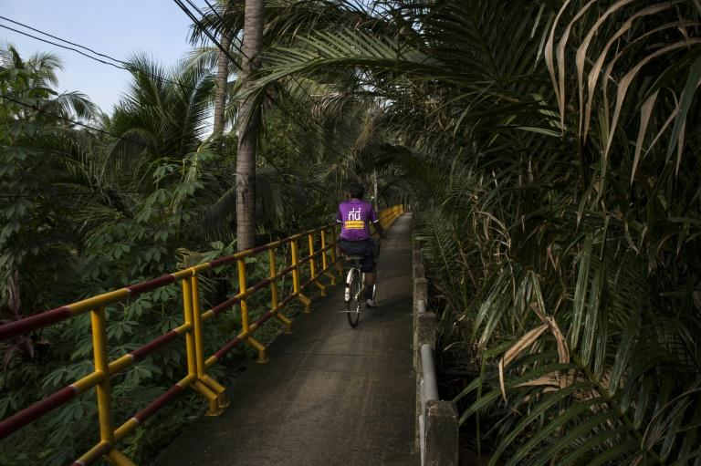 Shaped like a kidney and covering 16 square kilometres its pathways are popular with weekend cyclists and daytrippers seeking respite from Bangkok's busy streets