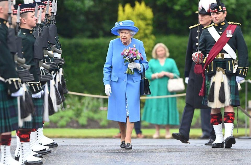 <p>The queen inspects members of the Argyll and Sutherland Highlanders.</p>