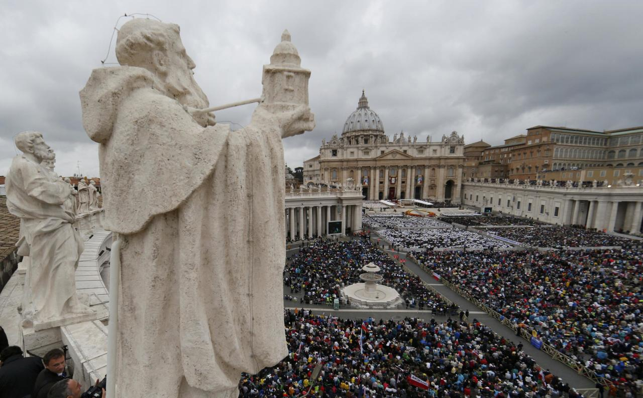 A general view shows St. Peter's Square during the canonisation ceremony of Popes John XXIII and John Paul II at the Vatican April 27, 2014. Pope John XXIII, who reigned from 1958 to 1963 and called the modernising Second Vatican Council, and Pope John Paul II, who reigned for nearly 27 years before his death in 2005 and whose trips around the world made him the most visible pope in history, were declared saints by Pope Francis at an unprecedented twin canonisation on Sunday. REUTERS/Stefano Rellandini (VATICAN - Tags: RELIGION TPX IMAGES OF THE DAY)