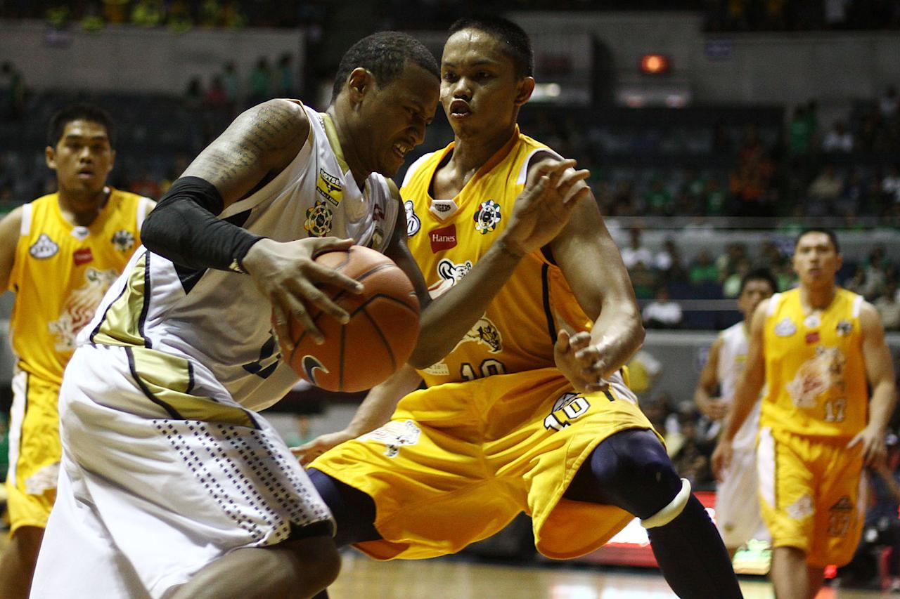 Bobby Ray Parks of NU Bulldogs penetrates the defense of the UST Growling Tigers during the game 55 of the Season 74 of UAAP held at Smart Araneta Coliseum in Quezon CIty, Philippines. (Jerome Ascano/NPPA Images)