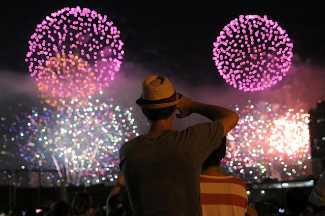 <p><span>People watch the Macy's 4th of July Firework Show from Brooklyn in New York City, U.S., July 4, 2017. (Andrew Kelly/Reuters)</span><br></p>