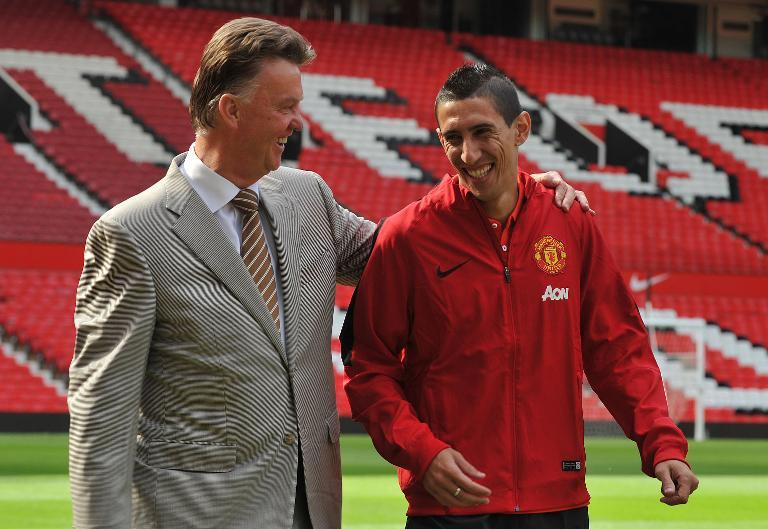 Manchester United manager Louis van Gaal (L) with newly-signed Angel di Maria during an official presentation at Old Trafford in Manchester on August 28, 2014 (AFP Photo/Steve Parkin)