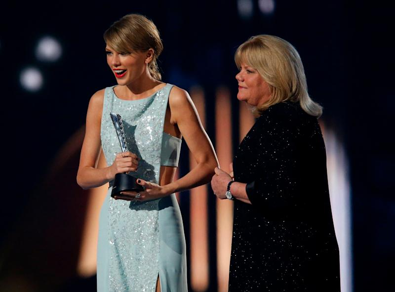 Taylor Swift accepts the Milestone Award from her mother Andrea at the 50th Annual Academy of Country Music Awards in Arlington, Texas, in April 2015. (Photo: Mike Blake / Reuters)