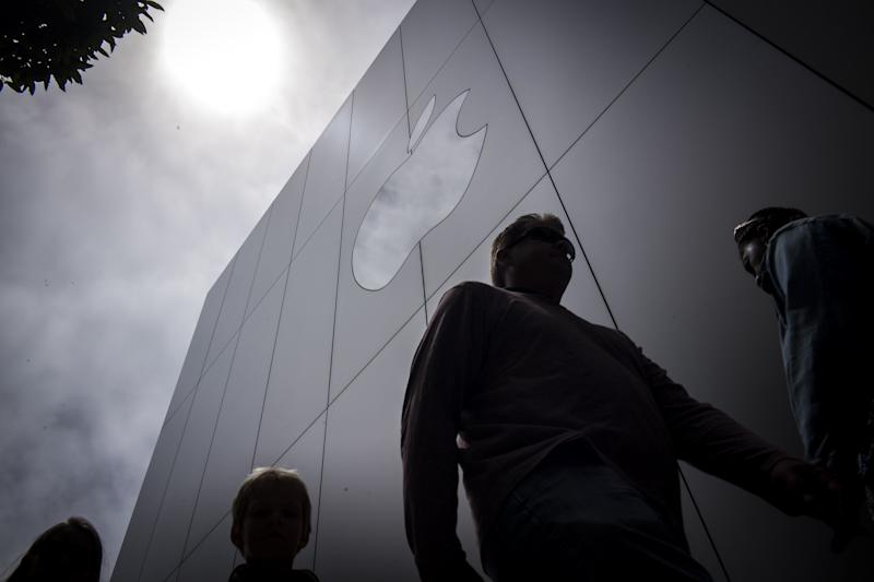 Apple Accused by Ex-Exec It's Suing of Poaching His Staff