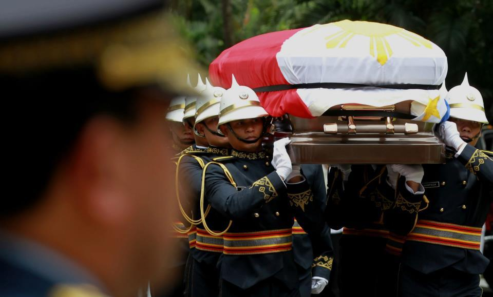 Presidential Security Group (PSG) carries the casket bearing the remains of the late Interior and Local Government Secretary Jesse Robredo to the Kalayaan Hall, Malacanan Palace during the arrival honors on Friday (August 24). His remains will lie in state in Malacanang until Sunday morning (August 26). President Aquino signed Proclamation No. 460, declaring National Days of Mourning starting August 21 to mark the death of the former DILG Chief until his interment. The national flag will be flown at half-mast from sunrise to sunset in all government buildings in the Philippines and in the country's posts abroad for a period of six days. (Photo by: Jay Morales, Malacanang Photo Bureau).