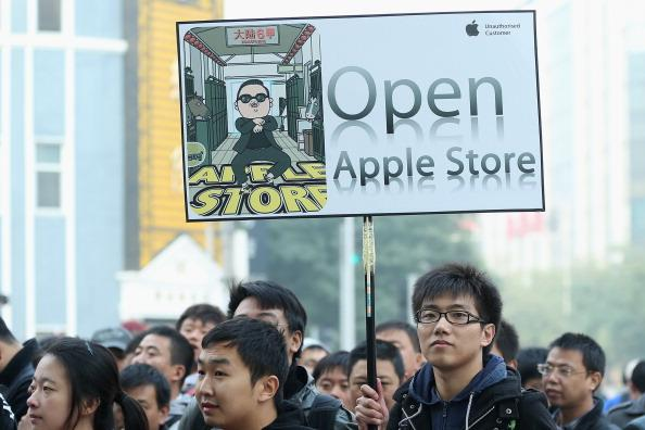 BEIJING, CHINA - OCTOBER 20:  Chinese fans of Apple waits the new Apple Store openning in Wangfujing shopping district on October 20, 2012 in Beijing, China. Apple Inc. opened its sixth retail store on the Chinese mainland Saturday. The new Wangfujing store is Apple's largest retail store in Asia.  (Photo by Feng Li/Getty Images)