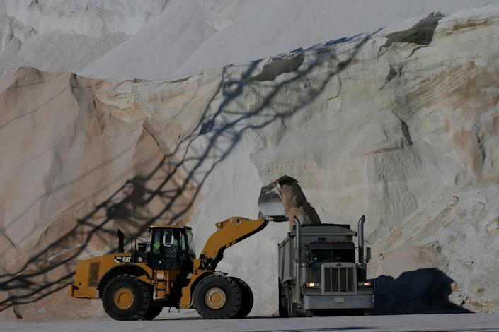 <p>Crews load de-icing road salt onto trucks, in preparation for a winter storm, at Eastern Salt Company in Chelsea, Mass., Jan. 3, 2018. (Photo: Brian Snyder/Reuters) </p>