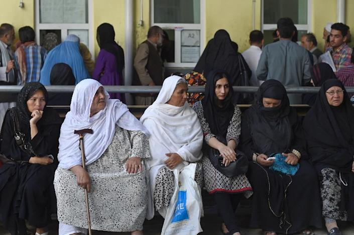 Afghan women wait as they apply for passports in Kabul on August 25, 2015 (AFP Photo/Shah Marai)