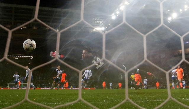 Soccer Football - Champions League Round of 16 First Leg - FC Porto vs Liverpool - Estadio do Dragao, Porto, Portugal - February 14, 2018 Liverpool's Sadio Mane scores their fifth goal past Porto's Jose Sa to complete his hat trick Action Images via Reuters/Matthew Childs