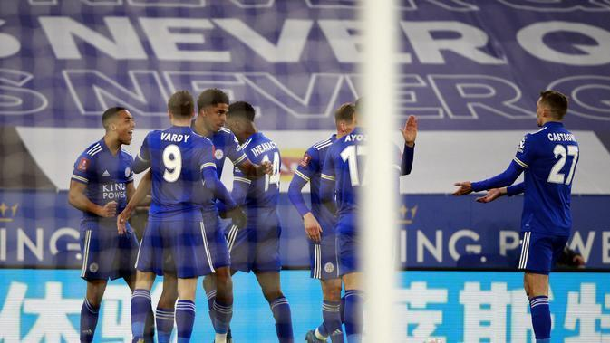 Gelandang Leicester City, Youri Tielemans (kiri) berselebrasi usai mencetak gol ke gawang Manchester United pada pertandingan perempat final Piala FA di Stadion King Power, Inggris, Senin (22/3/2021). Leicester City menang atas MU 3-1. (AP Photo/Ian Walton, Pool)