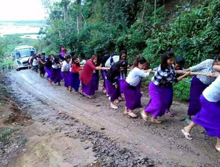 Indian schoolgirls drag a broken down bus uphill in Manipur: Twitter