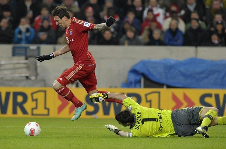 Mario Mandzukic takes the ball past Stuttgart goalkeeper Sven Ulreich to score, on January 27, 2013