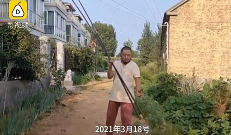 A 50-year-old man in eastern China has gone viral online for his ability to lift tiny objects with giant chopsticks. Photo: Pear Video
