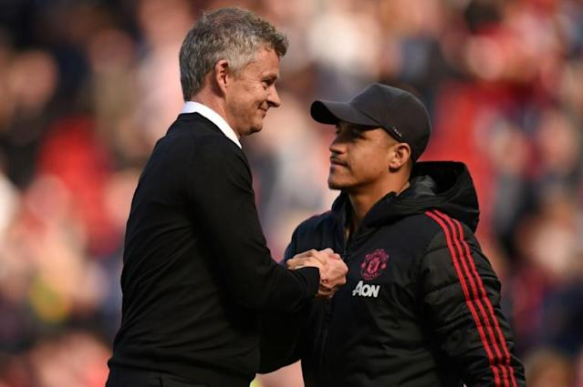 Ole Gunnar Solskjaer (left) is still counting on Alexis Sanchez (right) to come good at Man Utd (AFP Photo/Oli SCARFF )