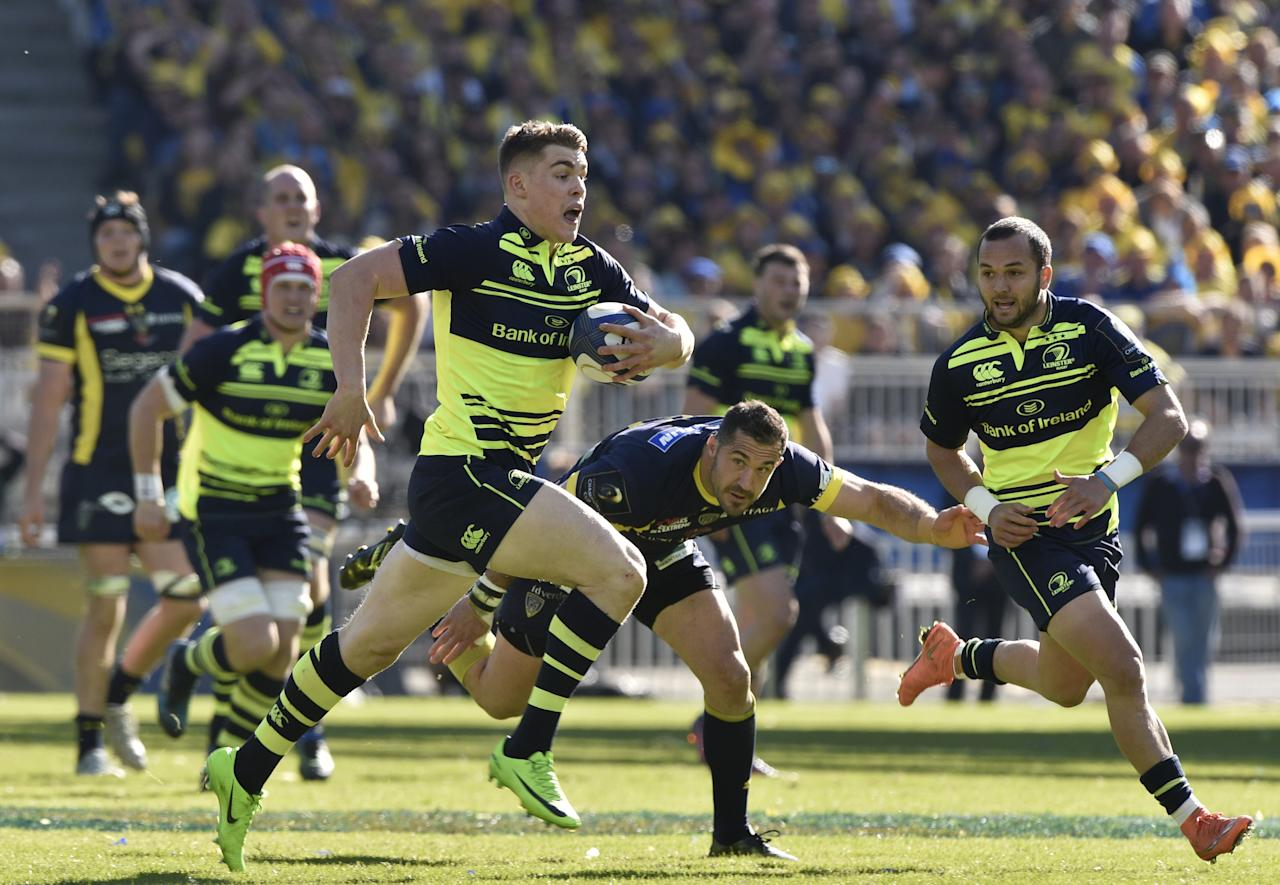Leinster's player Garry Ringrose (C) runs with the ball during the European Rugby Champions Cup Clermont vs Leinster rugby union match at the Matmut stadium in Lyon, central eastern France, on April 23, 2017. (AFP Photo/THIERRY ZOCCOLAN)