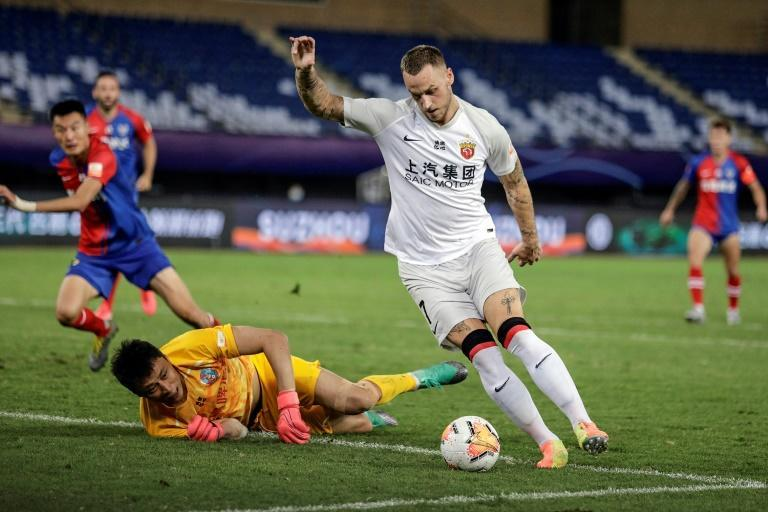 Marko Arnautovic (R) joined Shanghai Port from West Ham in 2019