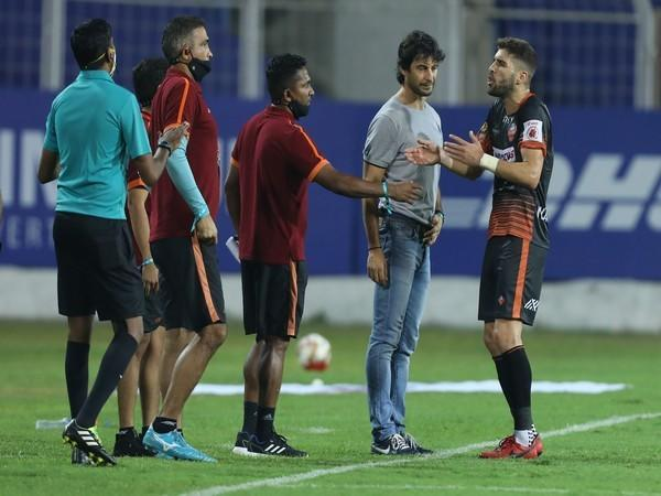 Alberto Noguera arguing against NorthEast United coach in ISL (Photo/ Sportzpics)
