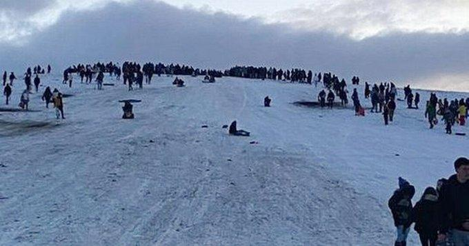 Crowds gathered on Newcastle's Cow Hill to socialise and sledge down the snowy slopes (Savvysearcher1/Twitter)