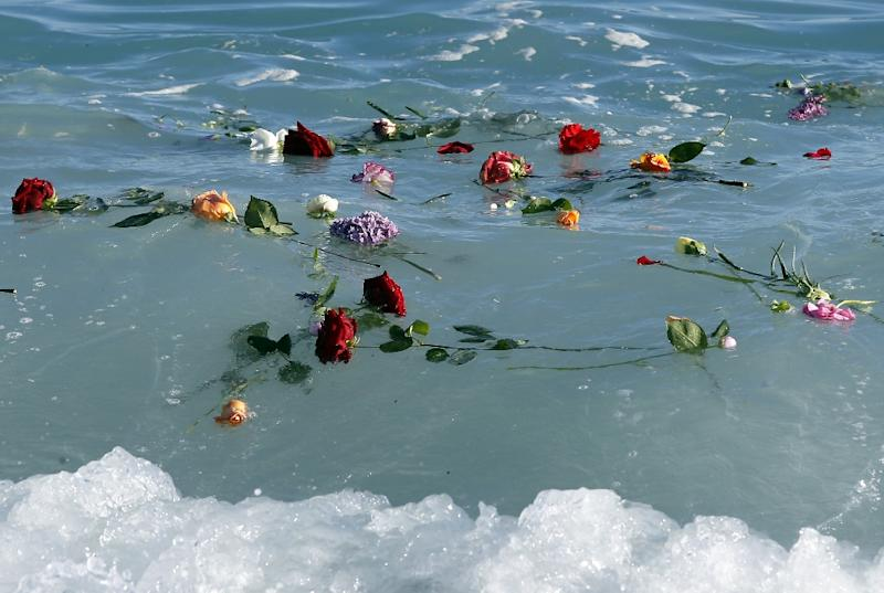Flowers float into the Mediterranean sea on April 28, 2015 in Nice, France, in honor of migrants who drowned trying to reach Europe (AFP Photo/Valery Hache)