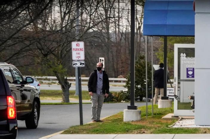 A Secret Service agent waits for President-elect Joe Biden to enter the Delaware Orthopaedic Specialists clinic after twisting his ankle, in Newark