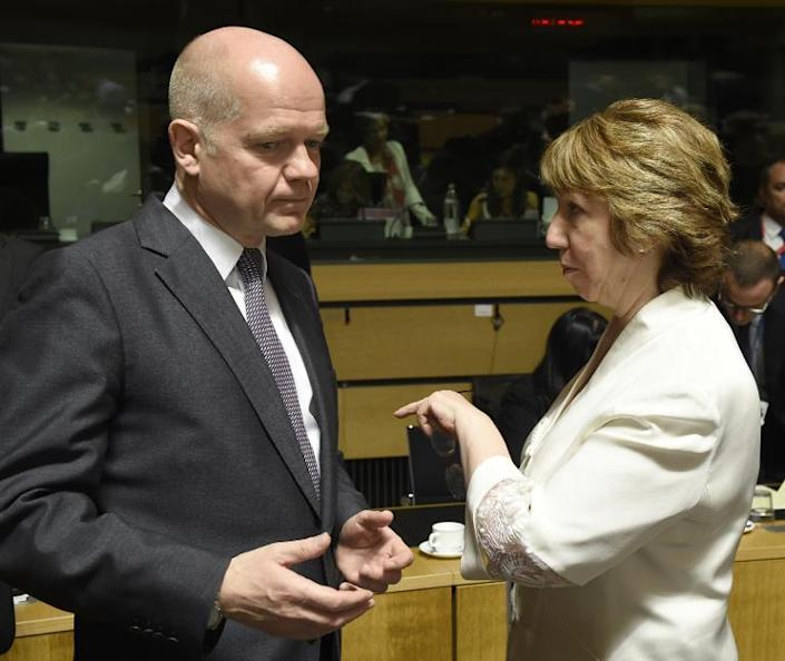 William Hague talks with EU foreign policy chief Catherine Ashton at a Foreign Affairs Council meeting in Luxembourg on June 23, 2014 (AFP Photo/John Thys)