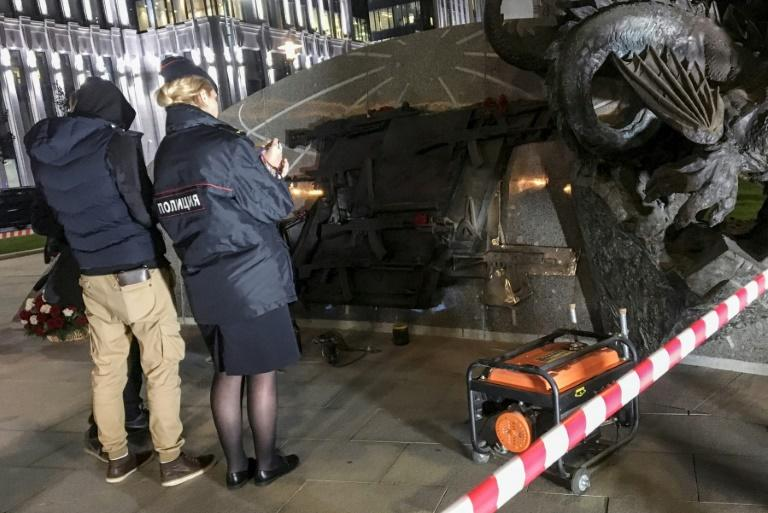 Police officers collect evidence after a section allegedly featuring German StG44 rifle was removed from the newly unveiled monument dedicated to Mikhail Kalashnikov, the inventor of the AK-47 assault rifle, in Moscow on September 22, 2017