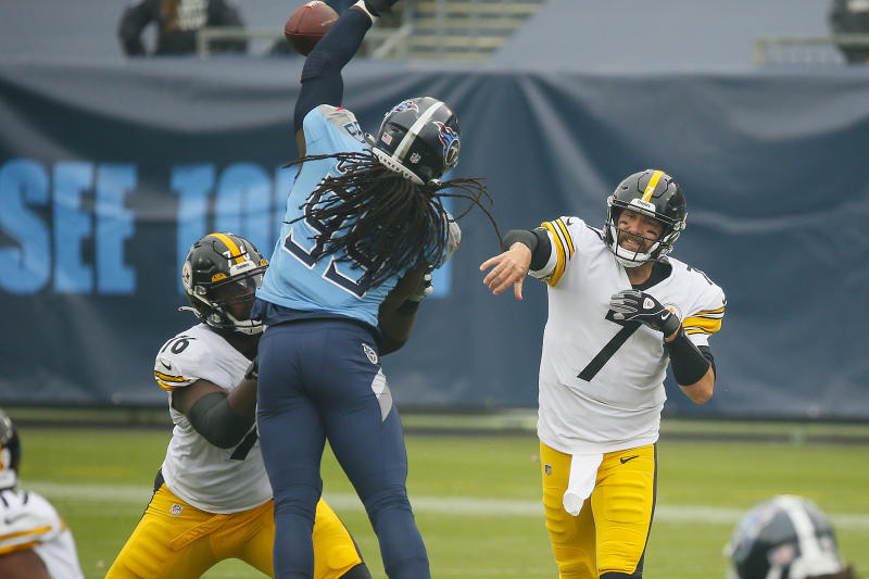 NASHVILLE, TENNESSEE - OCTOBER 25: Jadeveon Clowney #99 of the Tennessee Titans tries to block a pass by quarterback Ben Roethlisberger #7 of the Pittsburgh Steelers during the first half at Nissan Stadium on October 25, 2020 in Nashville, Tennessee. (Photo by Frederick Breedon/Getty Images)