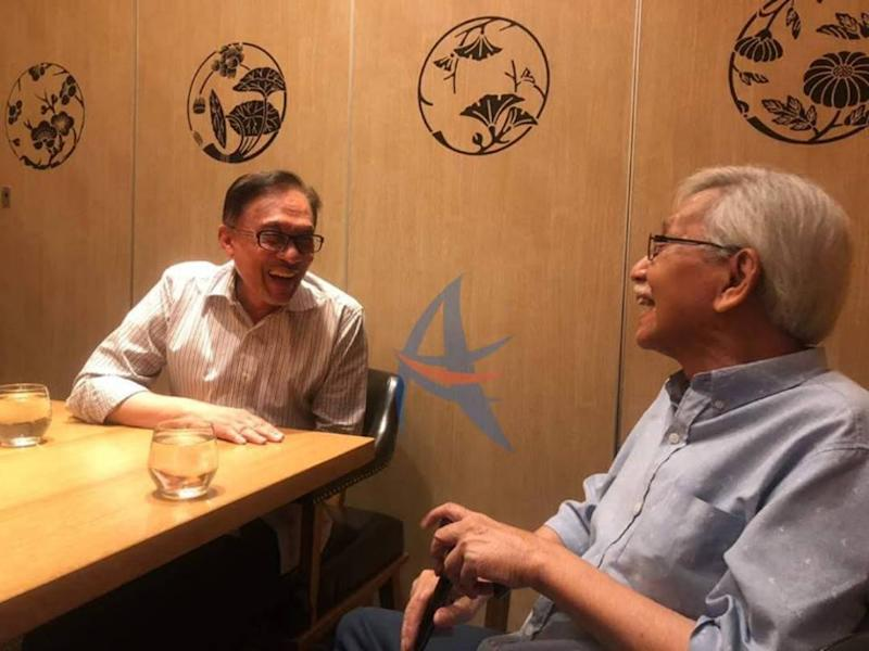 Datuk Seri Anwar Ibrahim and Tun Daim Zainuddin have a discussion on the current economic conditions and the strengthening of Bumiputera agencies, including a number of contemporary development.‬ — Picture via Facebook/Anwar Ibrahim