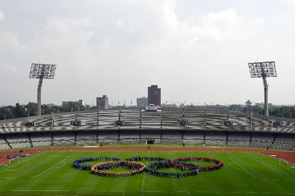 Performers form Olympic rings to mark the 50th anniversary of the 1968 Mexico City Olympics (AFP Photo/ALFREDO ESTRELLA)