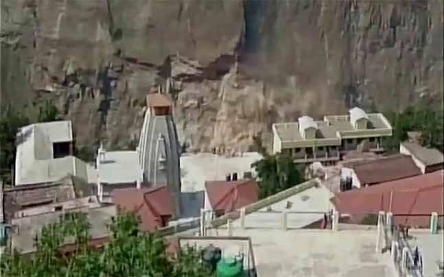Landslide on Rishikesh-Badrinath route in Uttarakhand, 1500 tourists stranded
