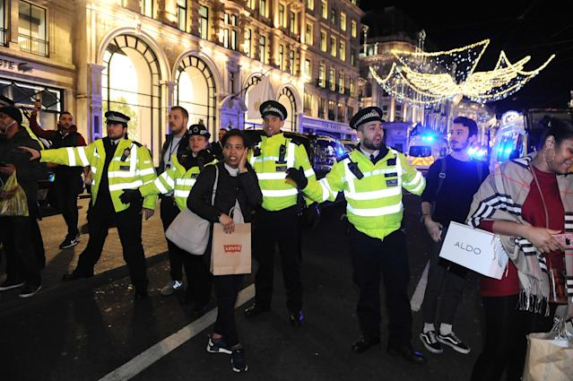 <p>Police and armed police at Oxford Circus conduct an evacuation after an incident on Nov. 24, 2017. (Photo: Marcin Wziontek/REX/Shutterstock) </p>