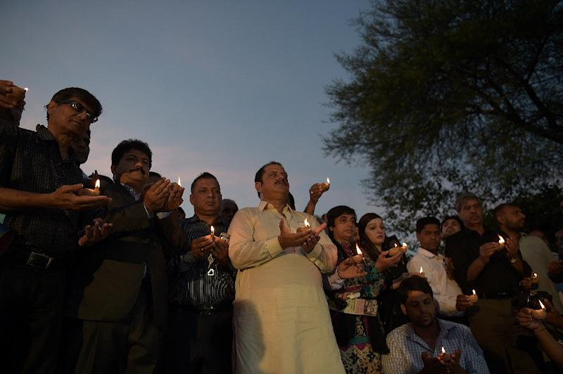 Pakistani journalists hold oil lamps during a vigil to pay tribute to their colleagues and lawyers who were killed a day after a suicide bombing at the Civil Hospital in Quetta, in Islamabad on August 9, 2016 (AFP Photo/Aamis Qureshi)