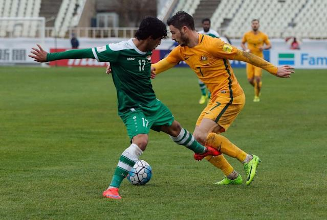 Iraq's defender Alaa Mhawi (L) vies with Australia's forward Mathew Leckie during their FIFA World Cup 2018 qualifier in Tehran on March 23, 2017 (AFP Photo/STR)