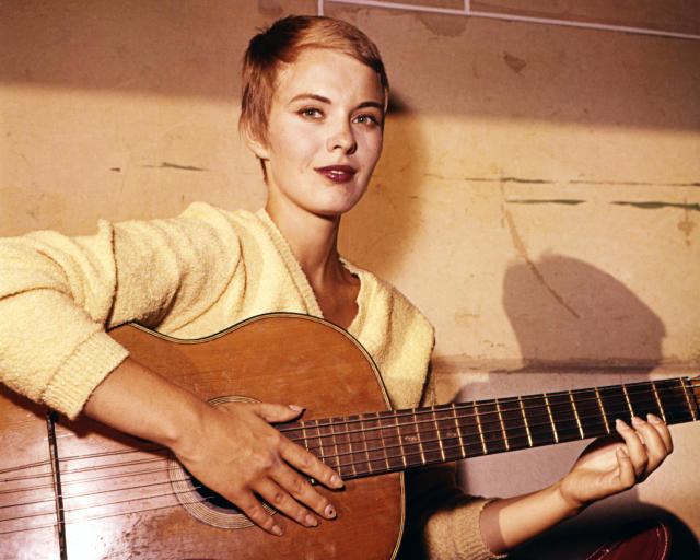 Jean Seberg (1938-1979), US actress, wearing a yellow jumper as she plays an acoustic guitar, circa 1970. (Photo by Silver Screen Collection/Getty Images)