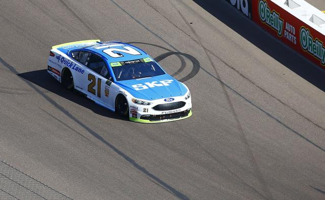 "<a class=""link rapid-noclick-resp"" href=""/nascar/nationwide/drivers/3085"" data-ylk=""slk:Ryan Blaney"">Ryan Blaney</a> (21) heads into the first turn during a NASCAR Cup Series auto race at Phoenix International Raceway Sunday, Nov. 12, 2017, in Avondale, Ariz. (AP Photo/Ross D. Franklin)"