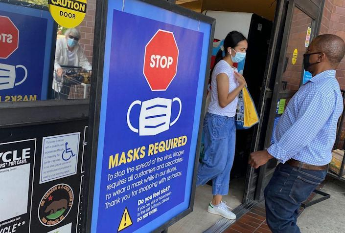 People shop at a Los Angeles grocery store enforcing the wearing of masks on July 23, 2021. / Credit: CHRIS DELMAS/AFP via Getty