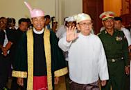 Myanmar President Thein Sein (R) waves as he leaves parliament after giving his final farewell speech in Napyidaw on January 28, 2016 (AFP Photo/Aung Htet)