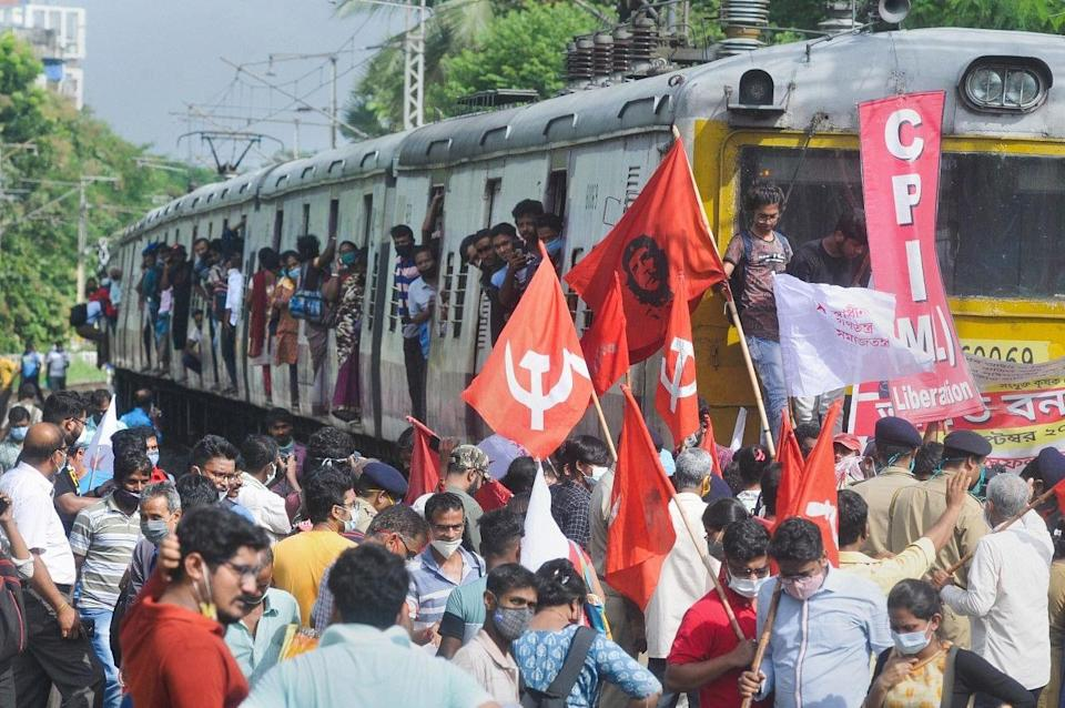"""<div class=""""paragraphs""""><p>Kolkata: Left Front and CPI(ML) Liberation supporters block a railway track to support farmers Bharat Bandh strike against central governments three farm reform laws.</p></div>"""