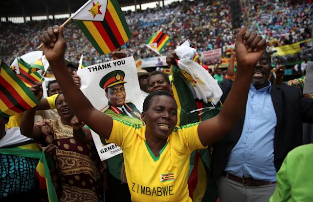<p>People cheer as Emmerson Mnangagwa is sworn in as Zimbabwe's president in Harare, Zimbabwe, Nov. 24, 2017. (Photo: Siphiwe Sibeko/Reuters) </p>