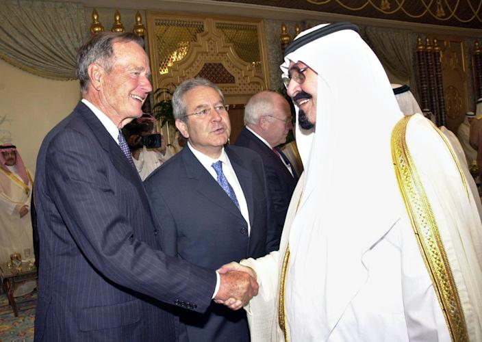 <p>Former President George H.W. Bush pays his respects to Saudi King Abdullah on Aug. 5, 2005, after the death of Abdullah's half brother, the former king. (Photo: Saudi Press Agency/AP) </p>