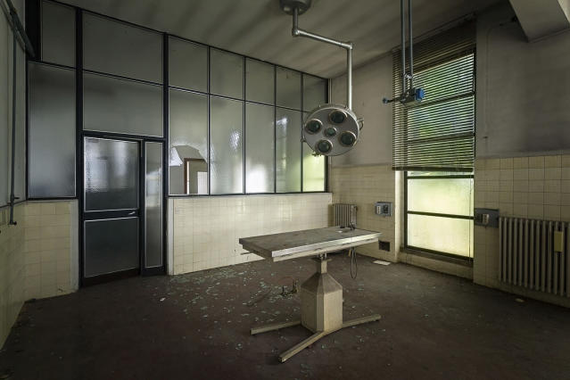 <p>An old operating room. (Photo: Roman Robroek/Caters News) </p>