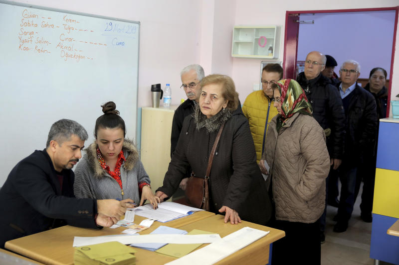 Voters wait casts they ballot at a polling station during the local elections in Istanbul, Sunday, March 31, 2019. Turkish citizens have begun casting votes in municipal elections for mayors, local assembly representatives and neighborhood or village administrators that are seen as a barometer of Erdogan's popularity amid a sharp economic downturn. (AP Photo)