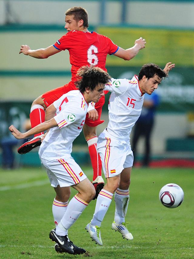 Spain's Jon Aurtenetxe (L) and Juanmi (R) vies with Czech Republic's Pavel Kaderabek (C) during their UEFA European Under-19 Championship 2010/2011 final football match in Chiajna village, next to Bucharest, on August 1, 2011. AFP PHOTO/DANIEL MIHAILESCU (Photo credit should read DANIEL MIHAILESCU/AFP/Getty Images)