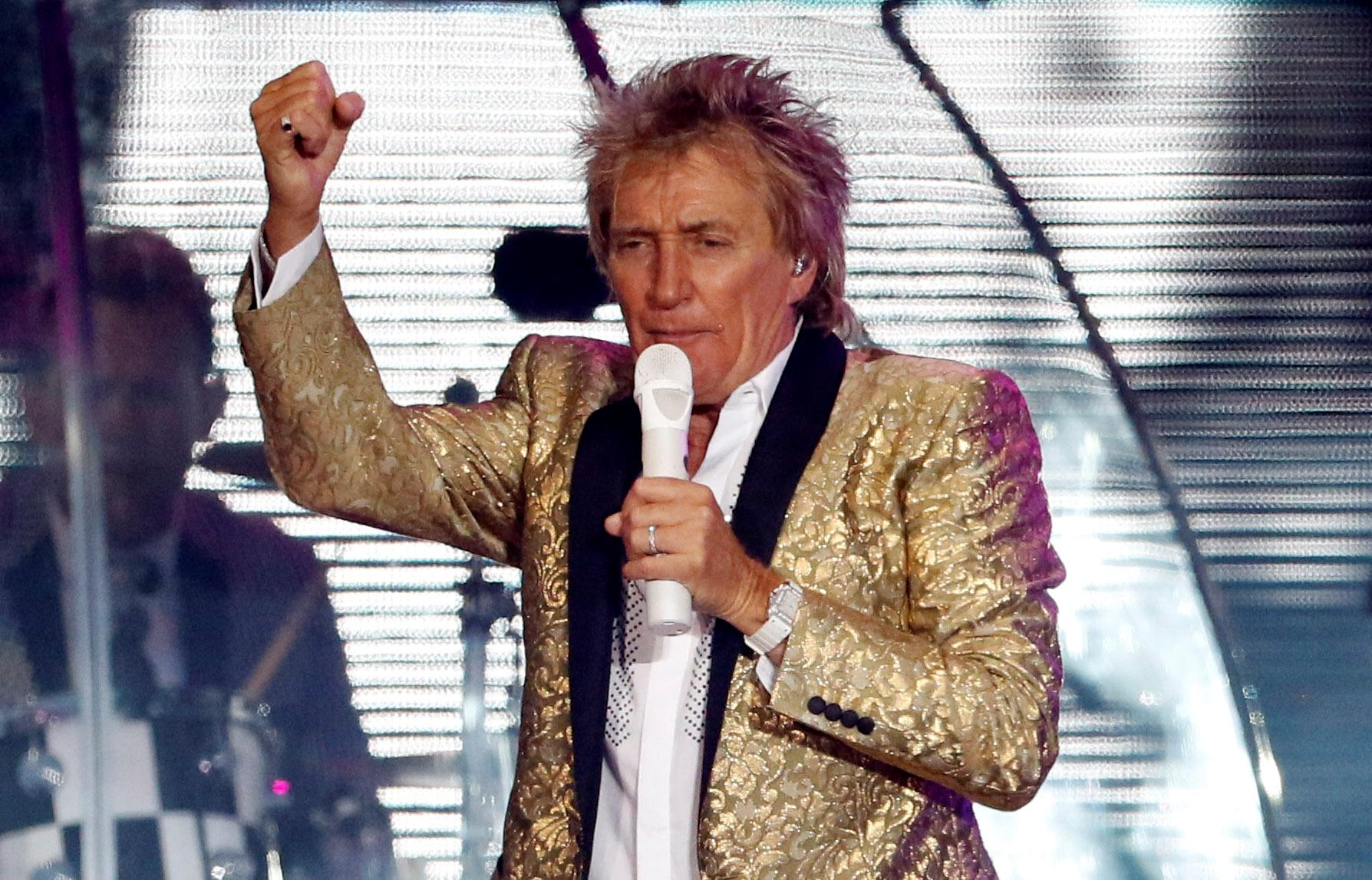 Isle of Wight Festival - Isle of Wight, Britain - 11/06/2017 - Rod Stewart performs as the headline act on the Main Stage during the Isle Of Wight festival in Seaclose Park. REUTERS/Tom Jacobs
