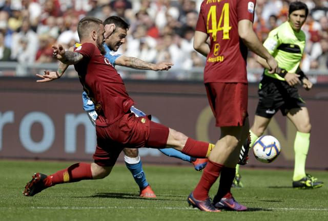 """AS <a class=""""link rapid-noclick-resp"""" href=""""/soccer/teams/roma/"""" data-ylk=""""slk:Roma"""">Roma</a> recently had an interesting visitor in its photographer area. (AP Photo/Andrew Medichini)"""