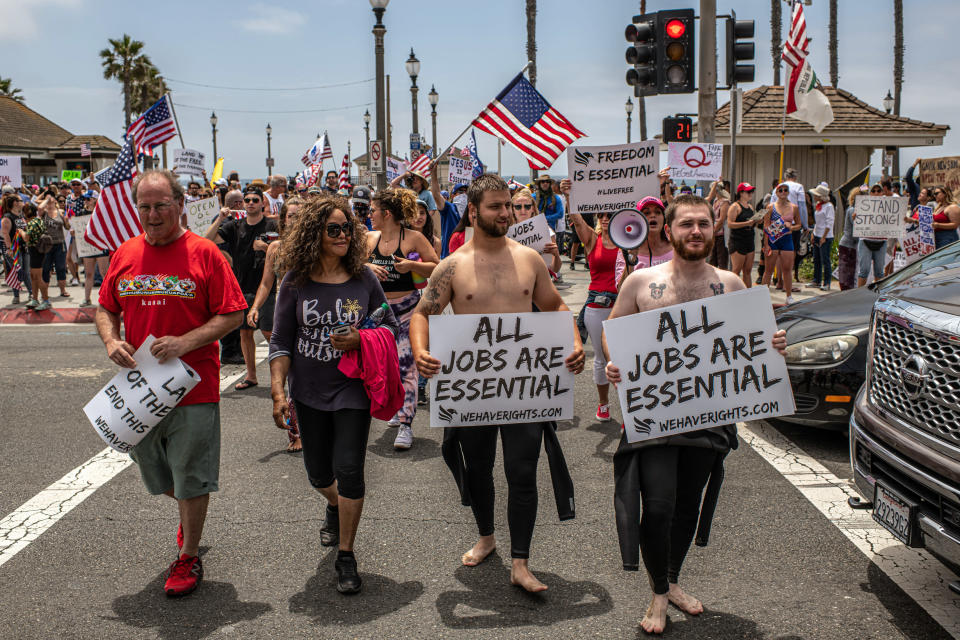 Una manifestación contra un confinamiento en Huntington Beach, California, el 9 de mayo de 2020. (Bryan Denton/The New York Times)