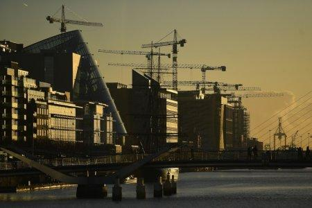 Construction cranes are seen at sunrise in the financial district of Dublin, Ireland October 18, 2018. REUTERS/Clodagh Kilcoyne