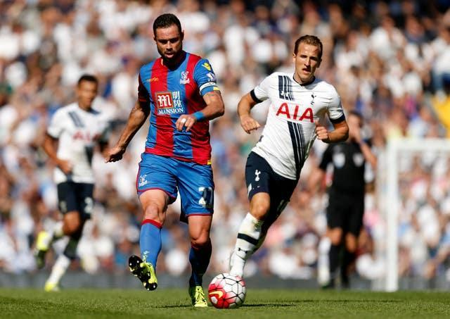 Crystal Palace's Damien Delaney shields the ball from Kane, right, in 2015