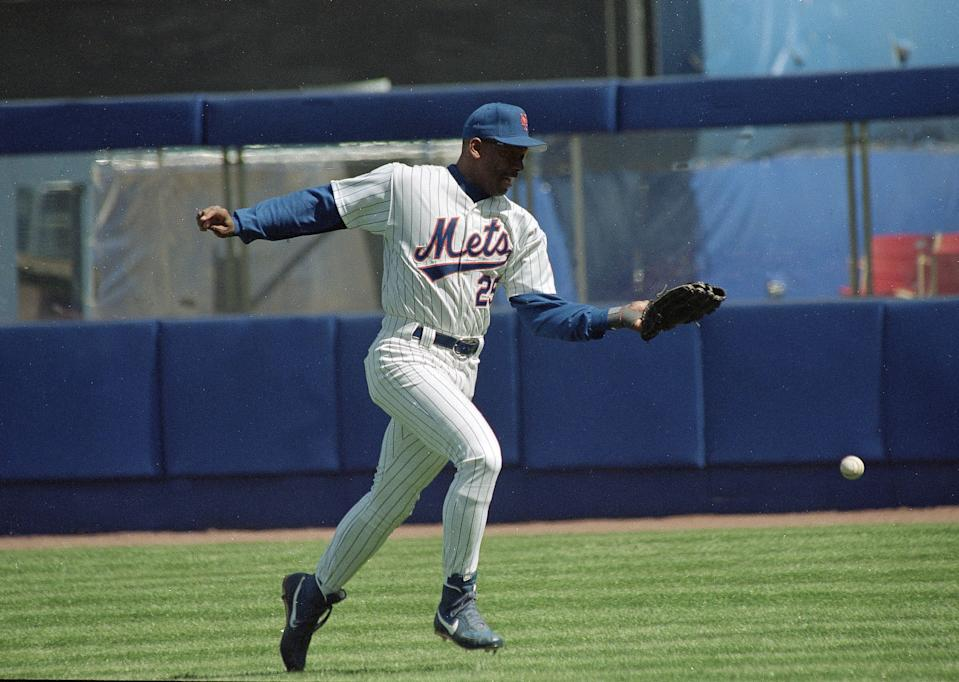 New York Mets right fielder Bobby Bonilla drops a fly ball for an error in the first inning against the Colorado Rockies in New York, April 8, 1993. Bonilla and the Mets recovered to win 6-1. (AP Photo/Ron Frehm)